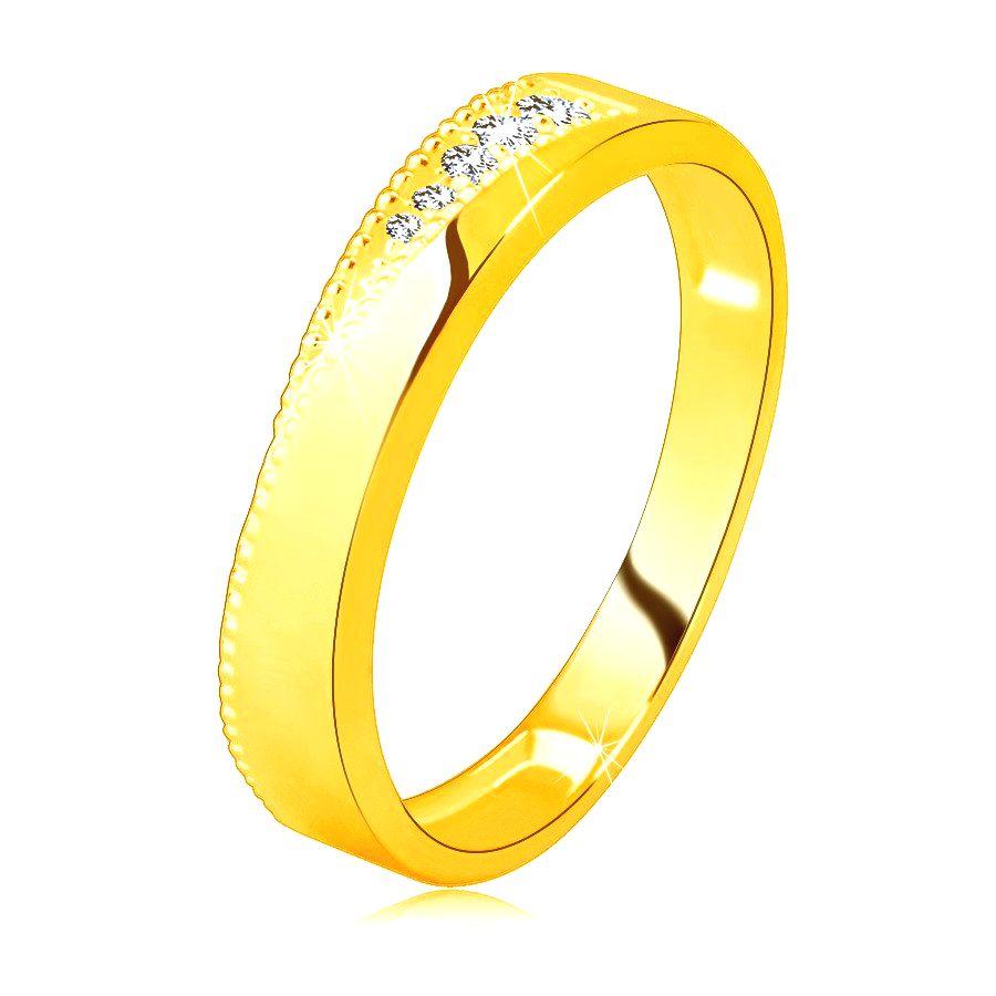 Obrúčka zo žltého 14K zlata - zirkóny čírej farby v trojuholníkovom záreze