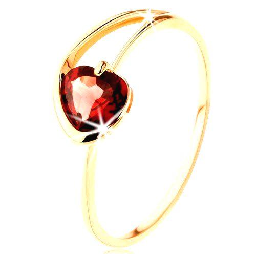 Prsteň zo žltého 9K zlata - červené granátové srdiečko
